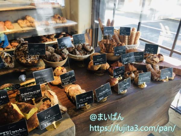 「コム・ン」で陳列しているパン