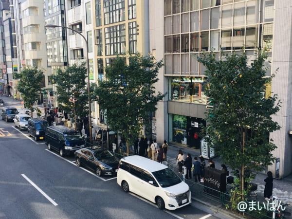 「牛乳食パン専門店 みるく 渋谷店」の行列状況を歩道橋から