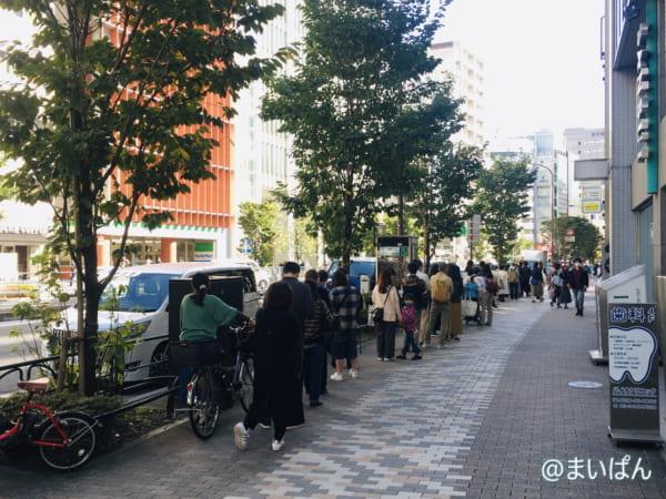 「牛乳食パン専門店 みるく 渋谷店」の行列状況