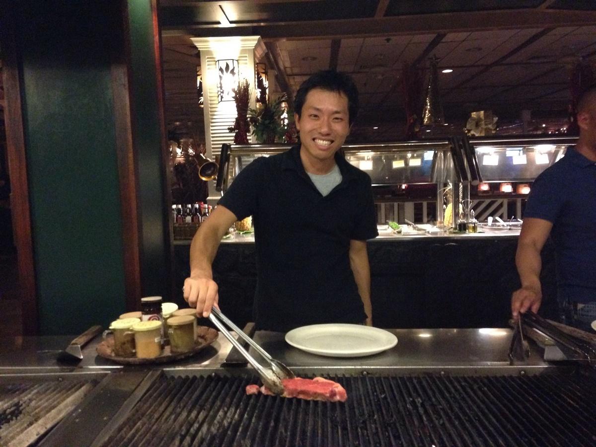 ショアバード・レストラン&ビーチバー | ワイキキビーチを目の前に自らグリルするバーベキューは、友達同士も家族連れにも使えます