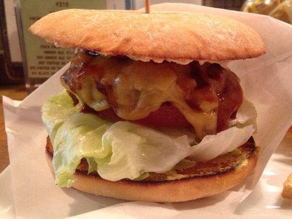 EAT(イーエーティー)|外苑前 ヤクルトのバレンティン選手も常連のハンバーガー屋さんは、見かけによらずヘルシーな一品