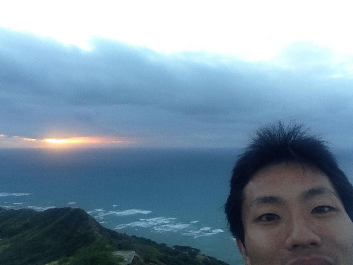 ダイヤモンドヘッドの頂上で日の出鑑賞! ホノルルに行くならこの景色は一度見てほしい。感動して幸せになります