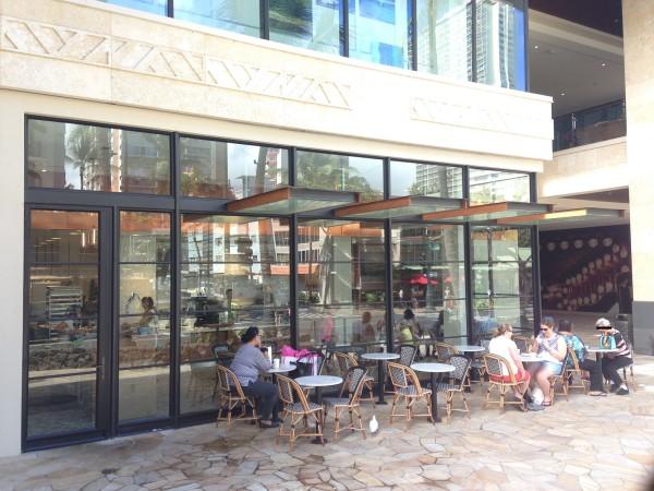コナ・コーヒー・パーベイヤーズ|ワイキキインターナショナルマーケットプレイスにできたカフェで迎える朝、ハワイの風が気持ちいい~