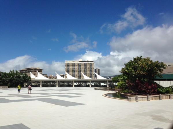 ハワイコンベンションセンター | 実は屋上が隠れた休憩スポット!テラスと木陰が気持ちよすぎる場所でした~