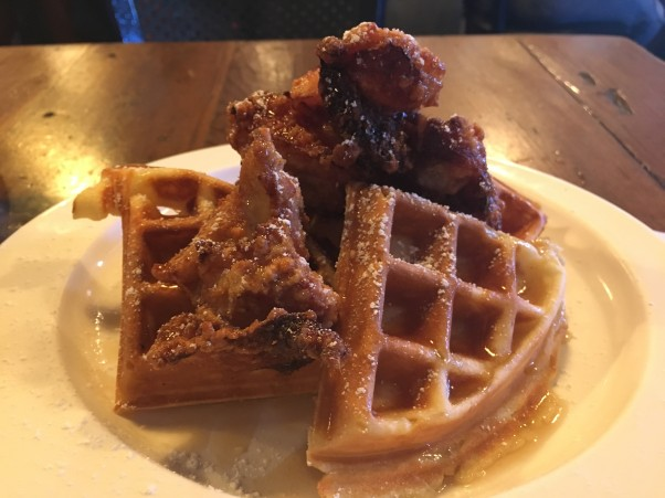 ザ・ヌック・ネイバーフッド・ビストロ│モチコチキンの朝食をハワイ大学近くのロコに大人気の店にて。早く日本上陸してほしい!