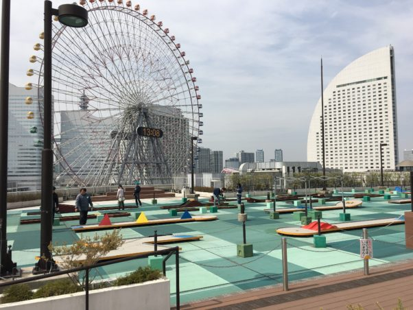 横浜バーンゴルフ場のパターゴルフで家族対決!横浜の大観覧車を見ながら、安く気分転換できるスポット