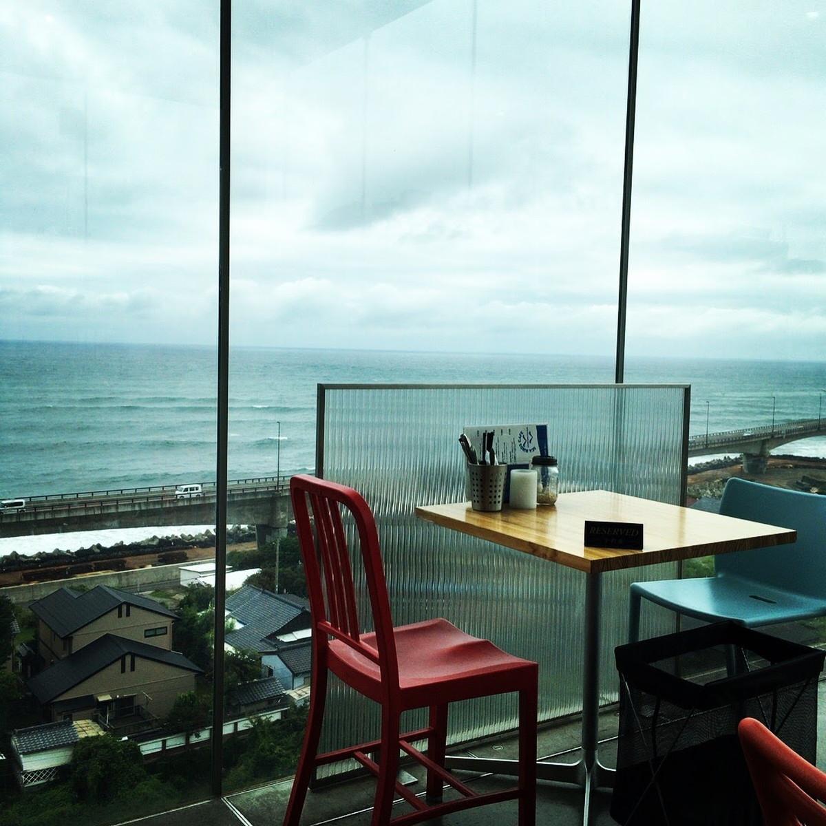 シーバーズカフェ | 日立駅直結・太平洋の海が広がる全面ガラス張りの絶景カフェ、ポークランチが実は激ウマ!