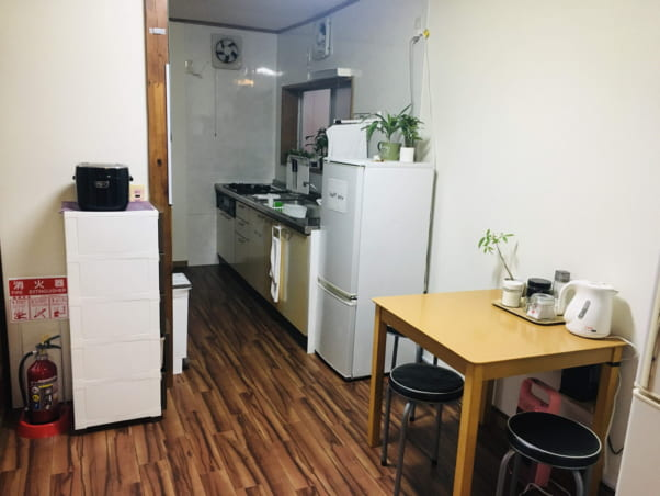 松江ゲストハウスの共用キッチン