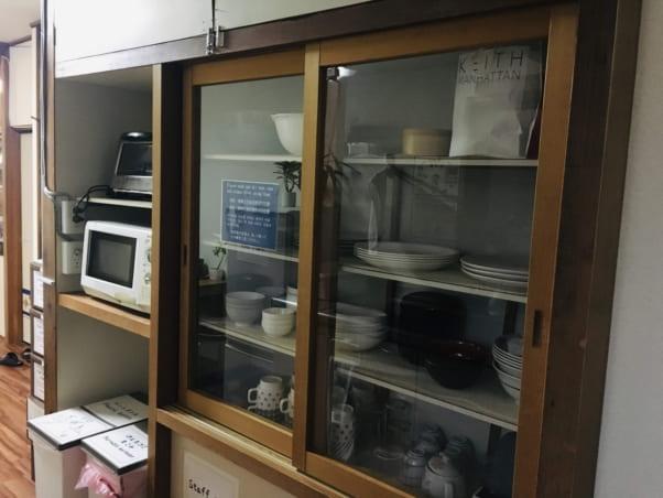 松江ゲストハウスの食器棚や調理家電