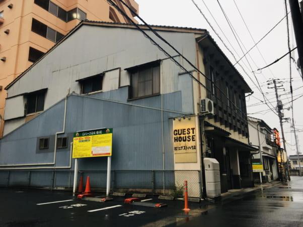 「松江ゲストハウス」の外観と最寄り駐車場