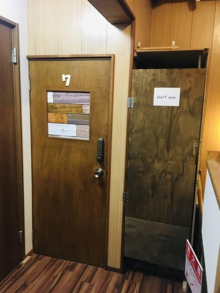 松江ゲストハウスの個室入口