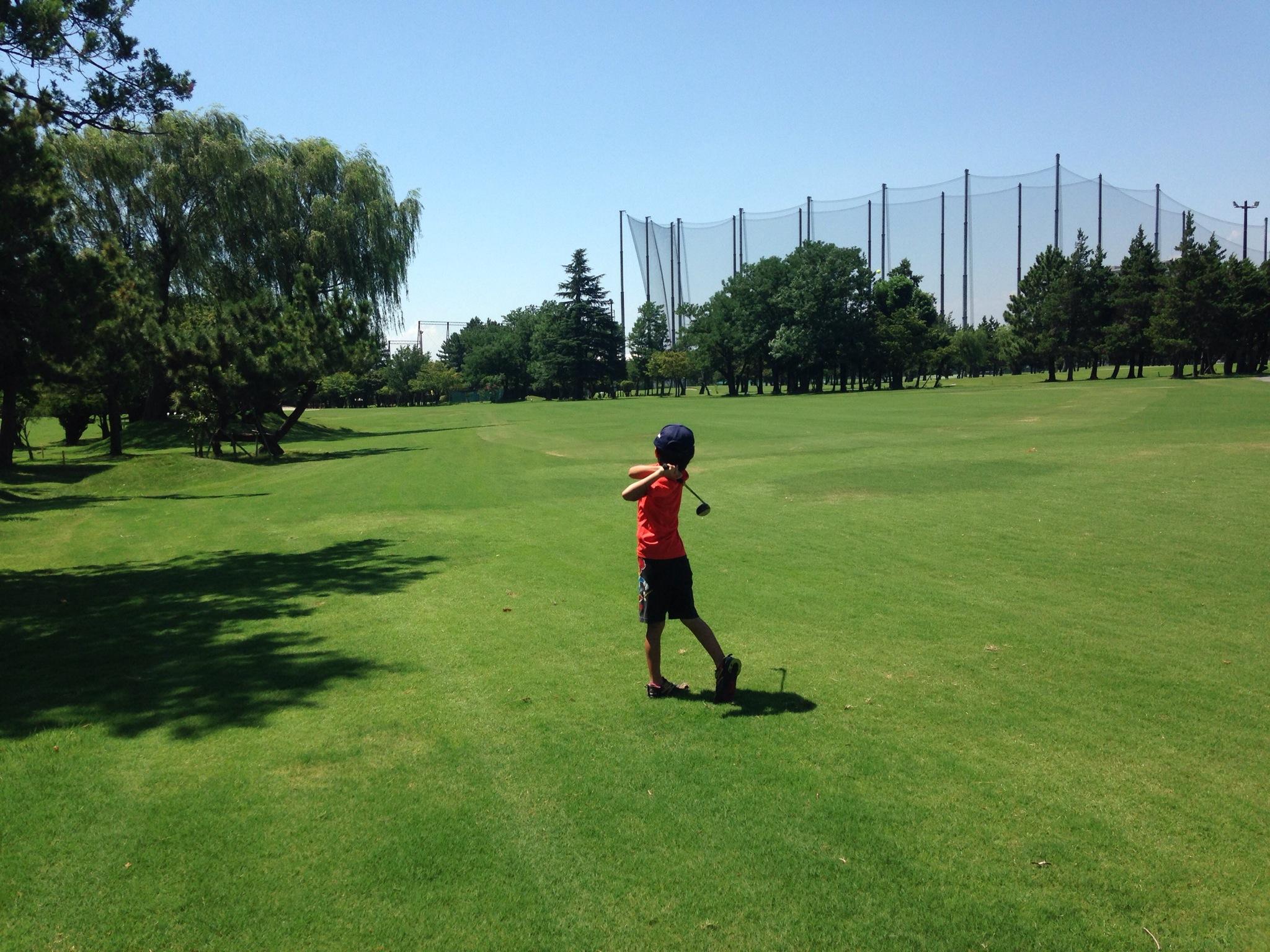 東宝調布スポーツパーク、夏割のお得プランでドライバーも打てるショートコースを親子ラウンド!
