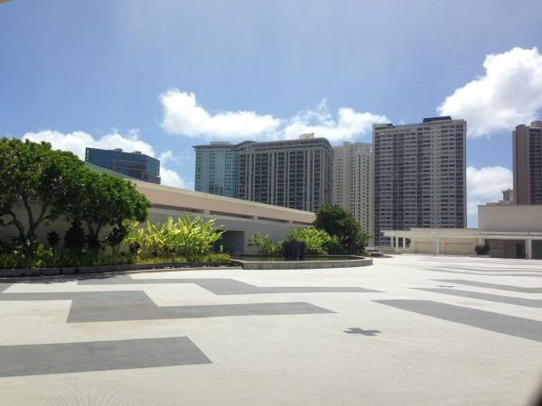 ハワイコンベンションセンター。実は屋上テラスに日陰のゆったりスペース、穴場すぎる場所がある国際会議場だった・・・!