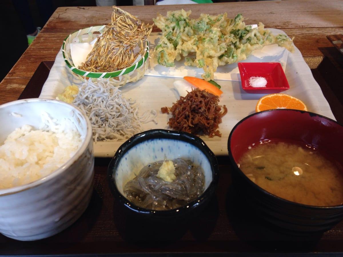 しらすや 腰越漁港前店│江ノ島の行列店でしらすづくし定食を堪能!ごはんもお代わり可で大食いもビックリするボリューム!