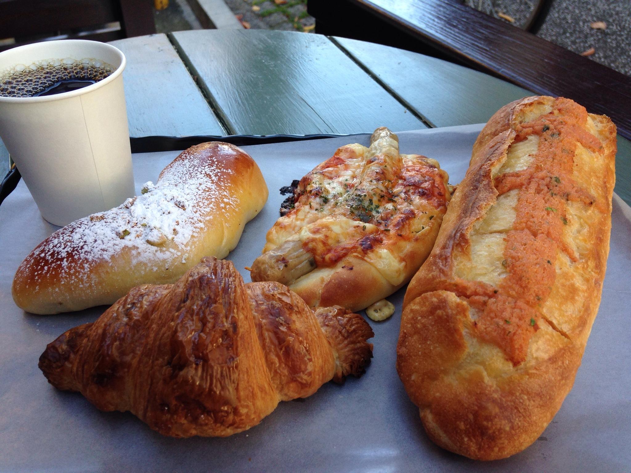 トツゼンベーカーズキッチン | 横浜・大倉山にあるパン屋さんは、明太フランスの気が利いたのと、東急東横線のBGMが心地よいお店でした!