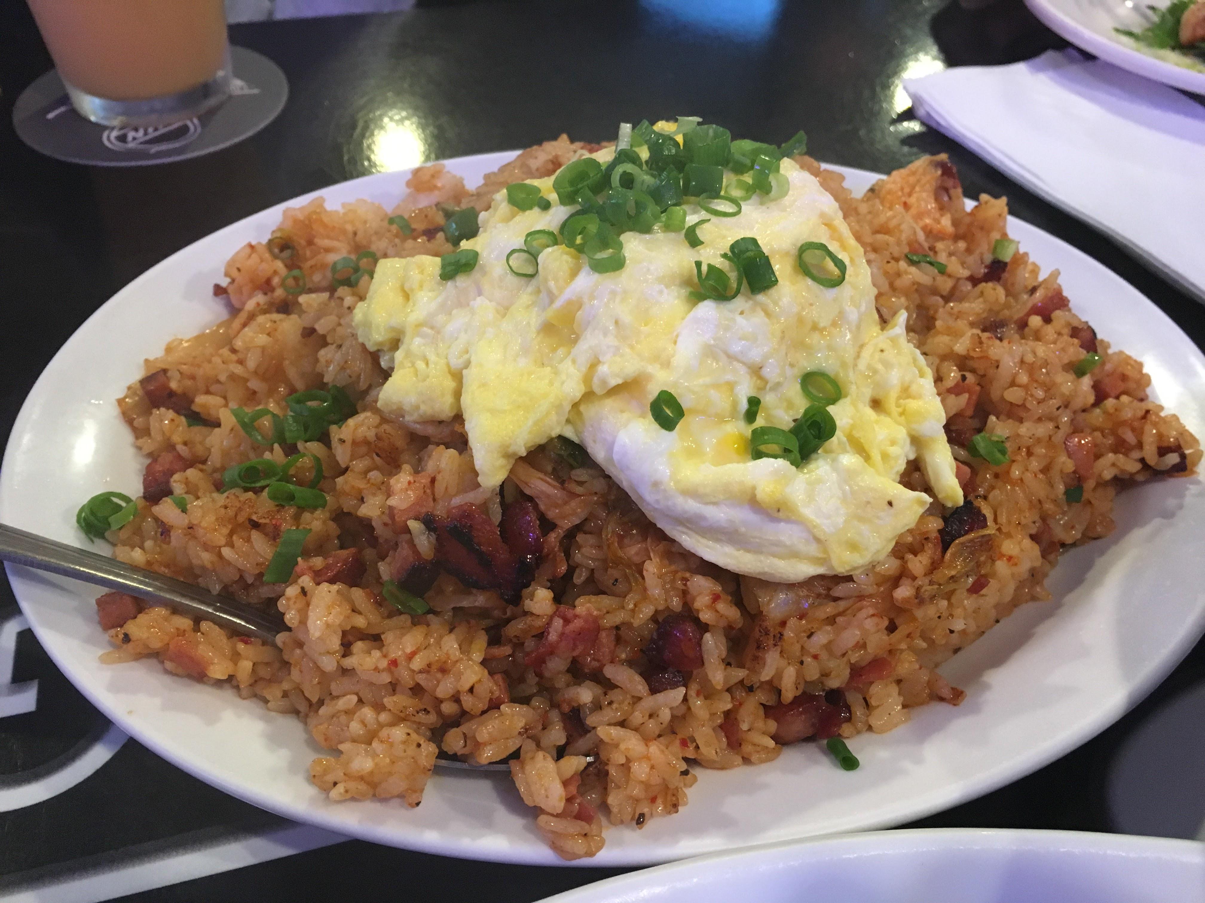 Home Bar & Grill、ホノルルでロコに大人気の「男が喜ぶ隠れ家的スポーツバー」、料理の量と味の濃さと爆音が凄すぎなお店!