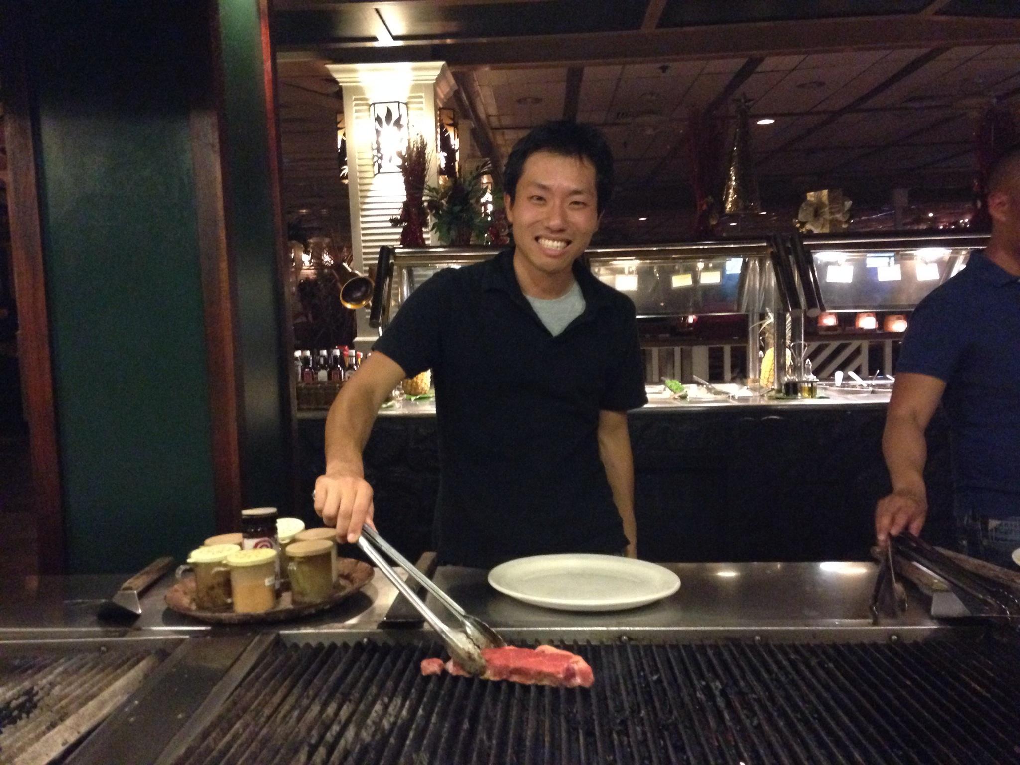 ショアバード・レストラン&ビーチバー。ワイキキビーチを目の前に自らグリルするバーベキューは、友達同士も家族連れにも使えます