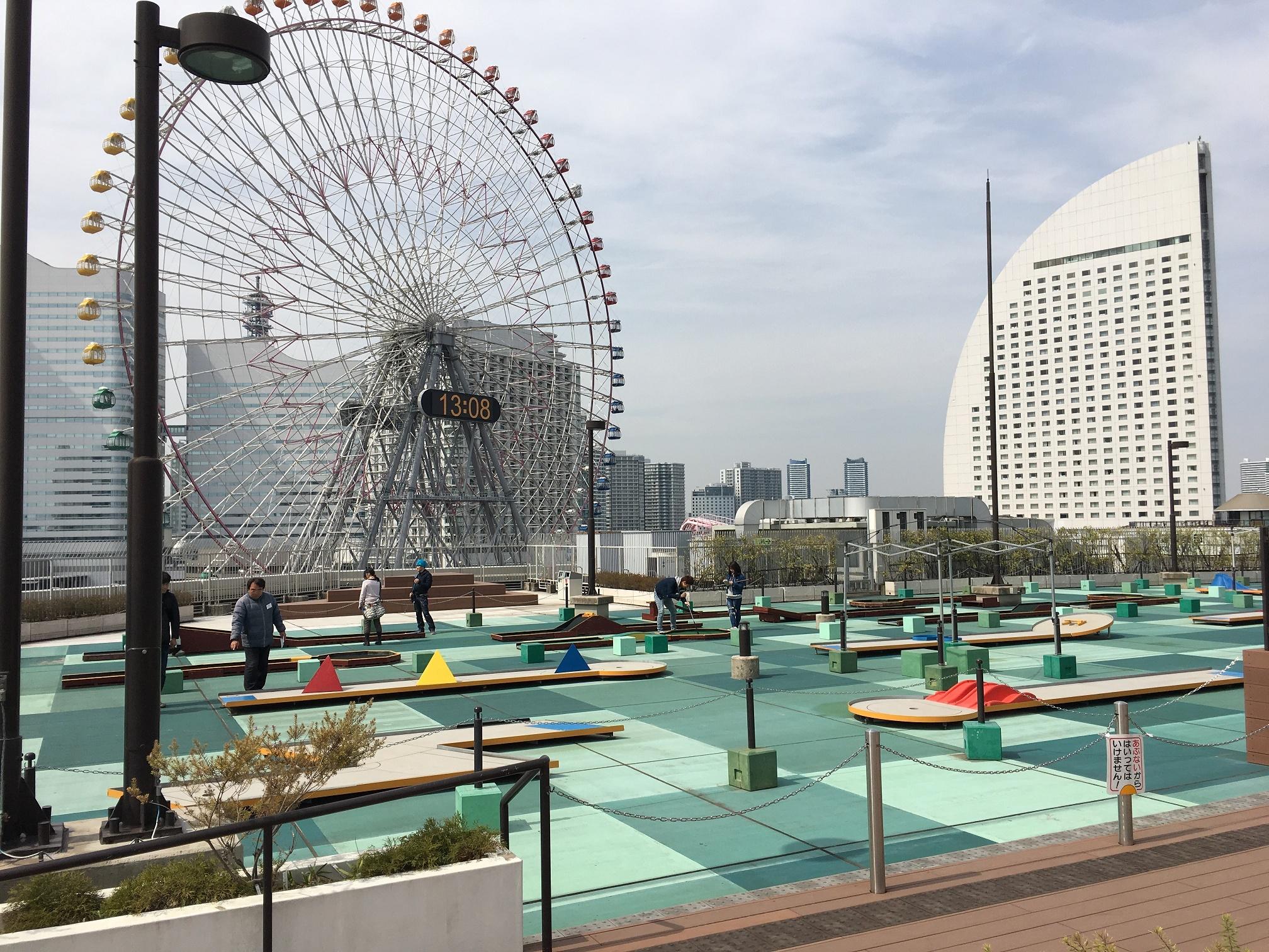 横浜バーンゴルフ場のミニゴルフで家族対決!横浜の大観覧車を眺めながら、家族みんなで気分転換に遊べましたー