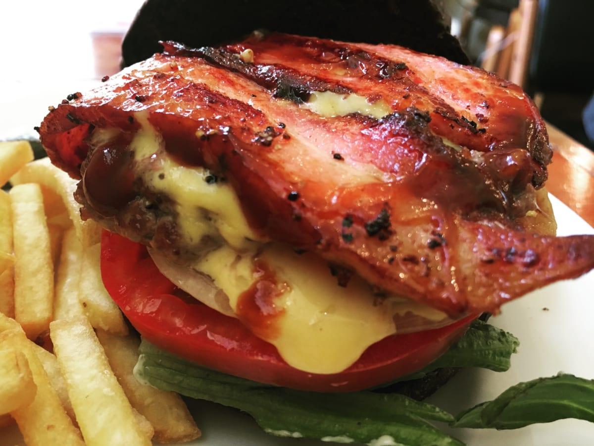 ホーミーズ│高田馬場のハンバーガー専門店は女性客が7割!濃厚なチーズと漆黒のバンズが独特で美味しかった!