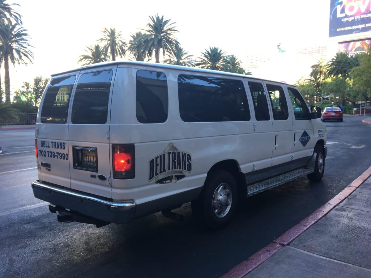 ラスベガス シャトルバスで空港からホテルへ移動。タクシーよりも確実に安く、実は簡単に使えて便利!