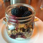 ザ・グリル・アット・シャドウロック | ヒルトン・セドナで朝食。可愛い瓶に入ったフルーツパフェも食べ放題も、実にヘルシーで栄養満点!