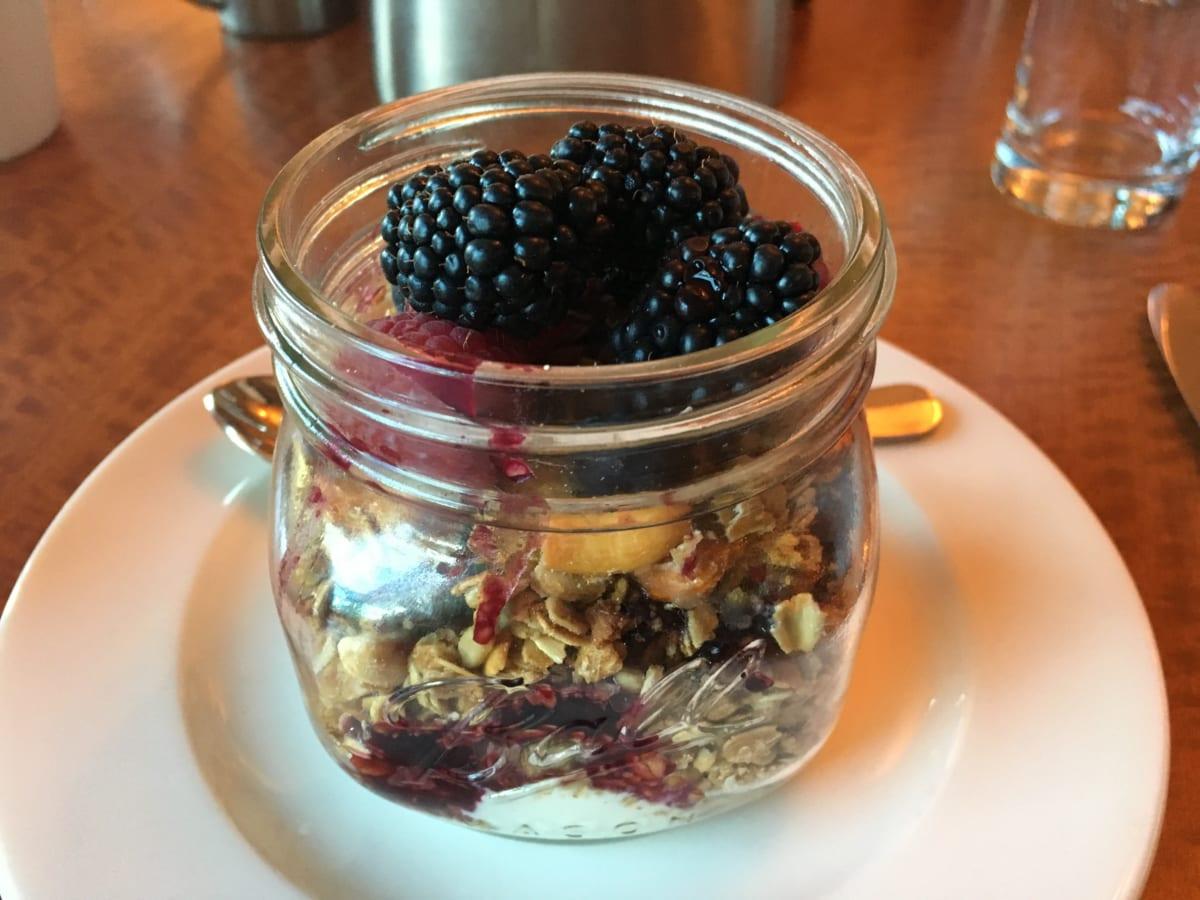 ザ・グリル・アット・シャドウロック | セドナで朝食。可愛い瓶に入ったフルーツパフェも食べ放題も、実にヘルシーで栄養満点!