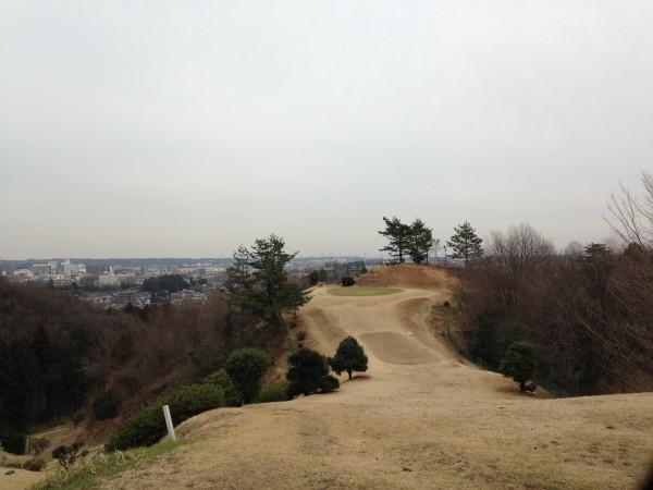 青梅グリーンヒルゴルフコース。平日2630円の回り放題ショートコースはまるで山登りですが、グリーン周りの徹底練習ができる!