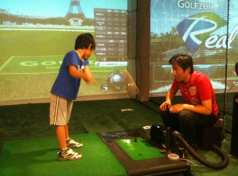6歳の息子、ゴルフデビュー!9アイアンで50ヤード飛ばしたよ!