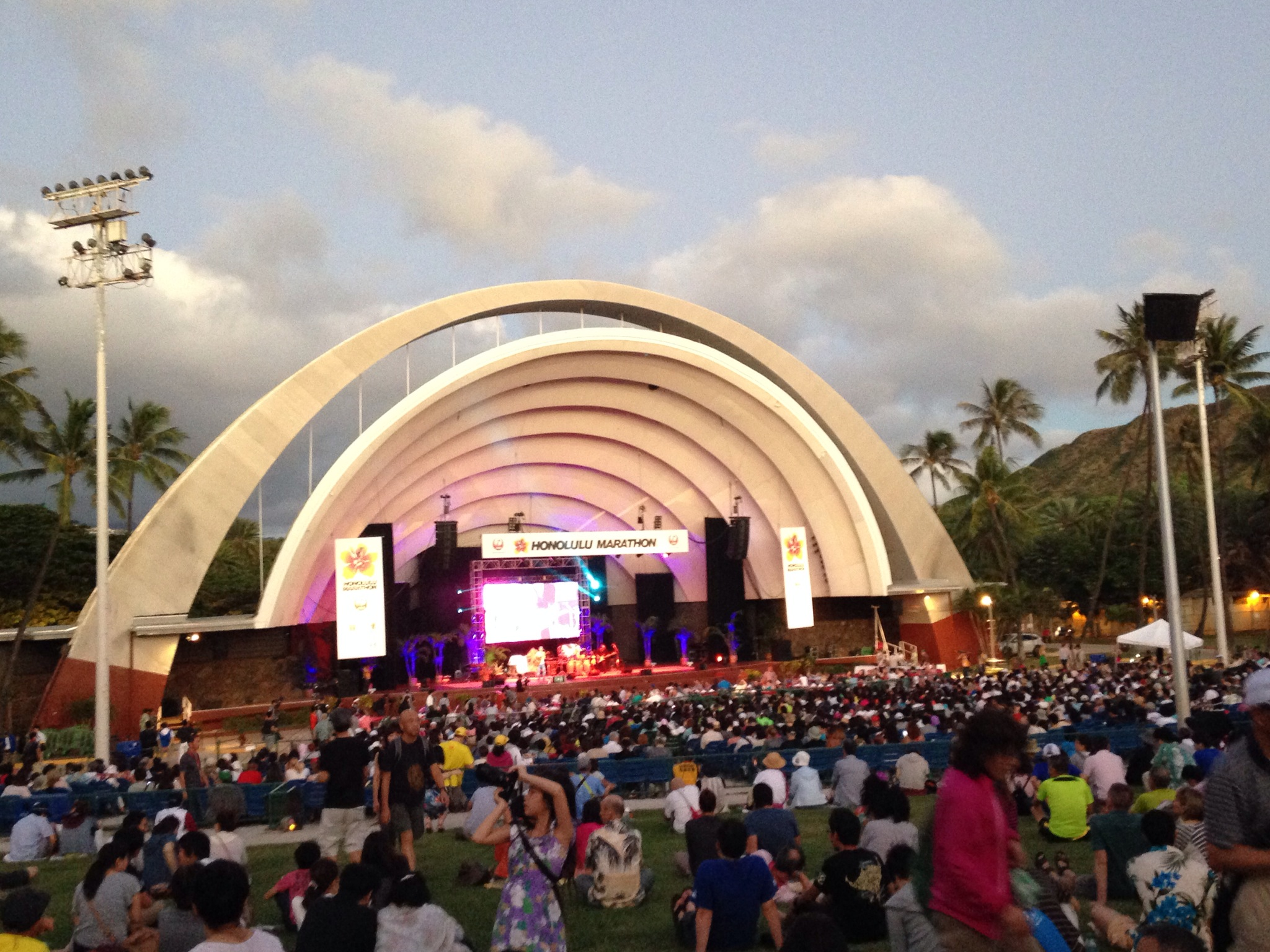 ホノルルマラソン・ルアウ。前々夜祭パーティーは、ハワイの夜風とELTのライブに浸って、マラソン気分があがるイベントでした