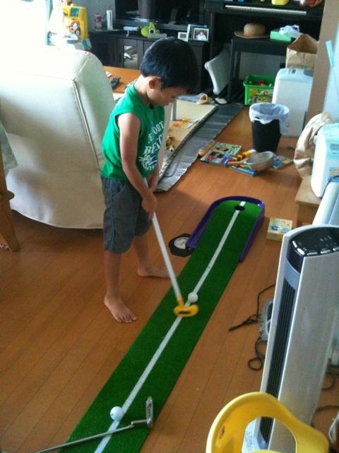 ゴルフを始めるのは何歳からがいいの!?息子はパターマットでの遊びに夢中・・・