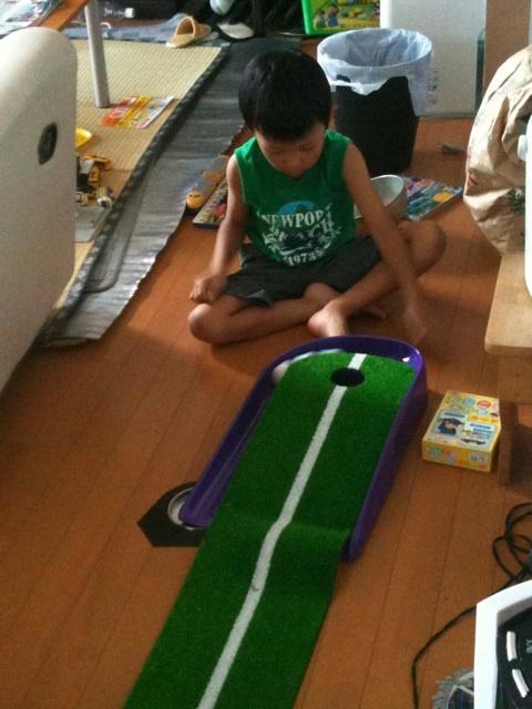 日本女子プロゴルフ選手権の横で・・・息子がパター練習中♪