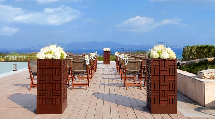 ザ・リッツ・カールトン沖縄でのウェディングに参列、海が広がるテラスとパーティーで一日一組の特別な挙式。これは最高の親孝行だね